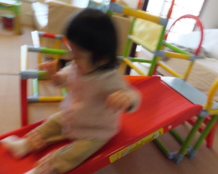 「ワンワン&うーたん滑り台」を滑る娘の様子