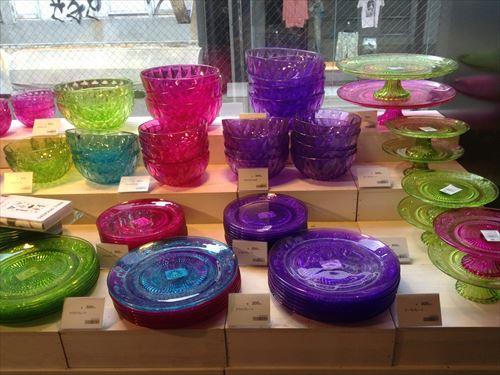 「フライングタイガーコペンハーゲン」アメリカ村ストア・店内の様子(ガラス皿)