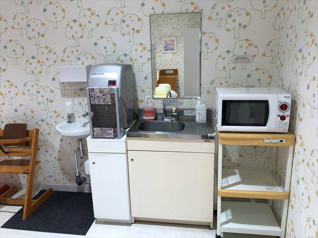 阪神百貨店梅田本店7階ベビールーム、授乳室エリア、ミルク用給湯器、電子レンジ、水道