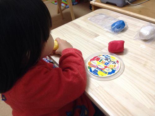 寒天粘土「かんてんネンドStudio」で遊ぶ子供