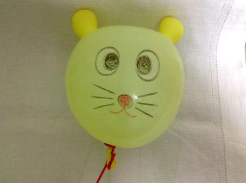 動物の顔が描かれている風船