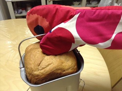 パンをミトンを使って取り出す