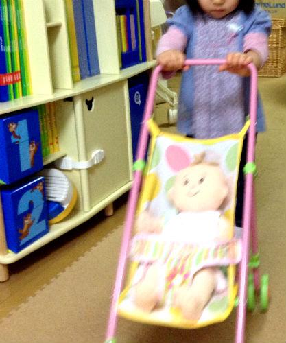 ベビーステラ&ベビーカーで遊ぶ子供