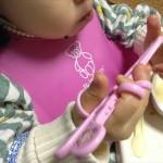 エジソン(EDISON)初めて持つお箸(ピンク)を持ってご飯を食べる娘