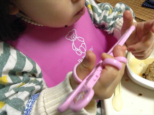 エジソン(EDISON)初めて持つお箸(ピンク)を持ってご飯を食べている娘