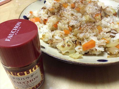 チリパウダーをかけたら、焼き飯・チャーハンがすごく美味しくなった!