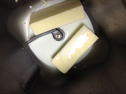 ホームベーカリーにミルクとバターを入れる