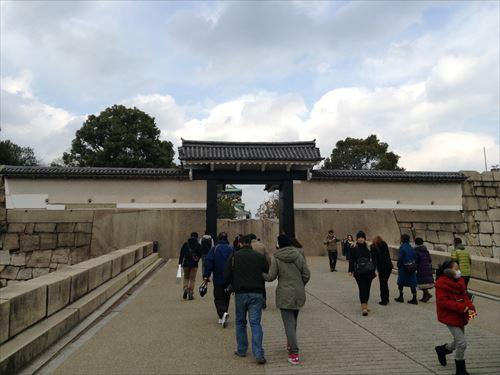 大阪城に向かう