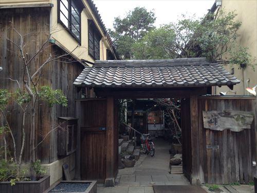 からほり御屋敷再生複合ショップ「練」入口にある門