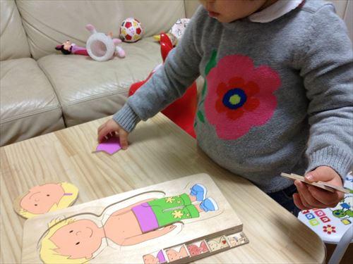 ボーネルンド人体パズルで遊ぶ子供