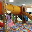 「ボーネルンドあそびのせかいキドキド」ボールプール滑り台で遊ぶ娘