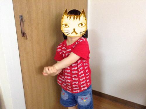 ユニクロ&リサラーソンTシャツを着る娘