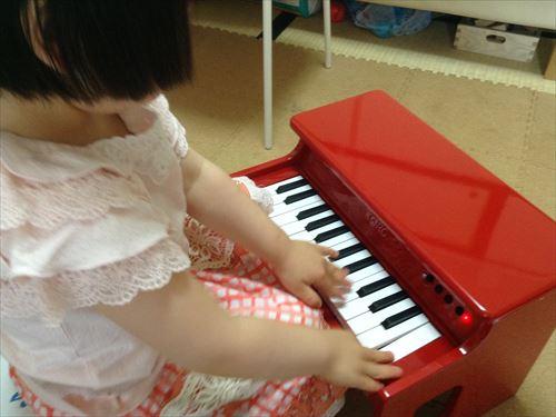 コルグ・タイニーピアノを弾く子供