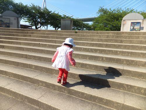 天保山登山する2歳児