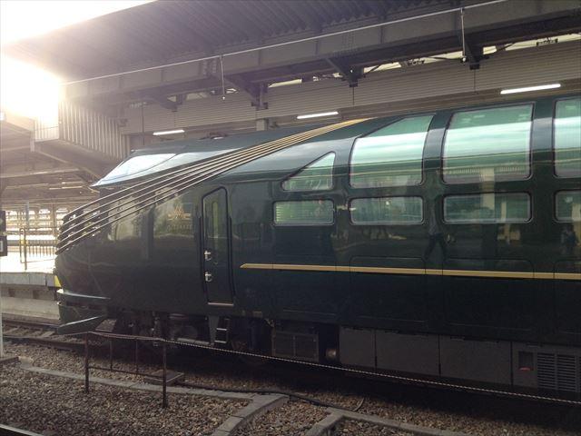 「トワイライトエクスプレス瑞風」が試運転で大阪駅に入ってきた様子、先頭車両