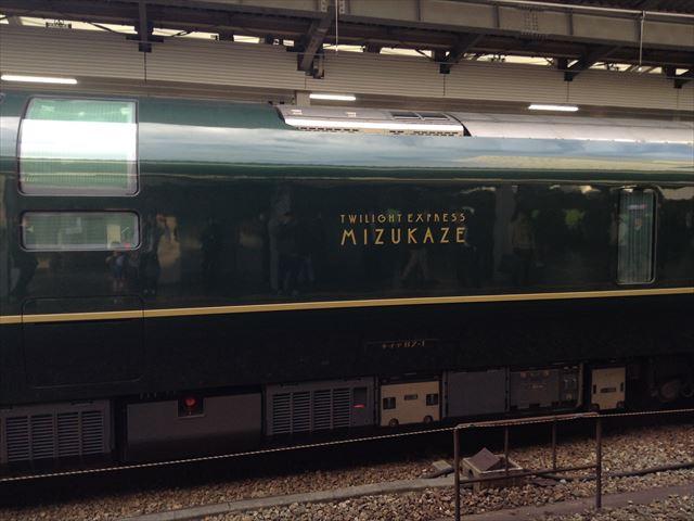 「トワイライトエクスプレス瑞風」試運転で大阪駅に入ってきた様子。横に表示されているエンブレム