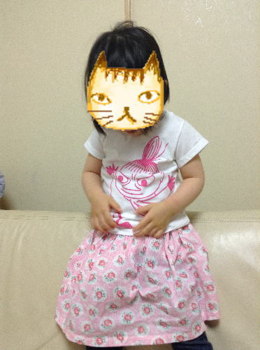 ムーミン&ユニクロコラボTシャツを着る子供