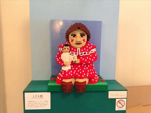 こども展in大阪・レゴ(アンリ・ルソー人形を抱く子ども)
