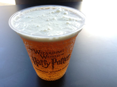 USJハリーポッターバタービールを飲む