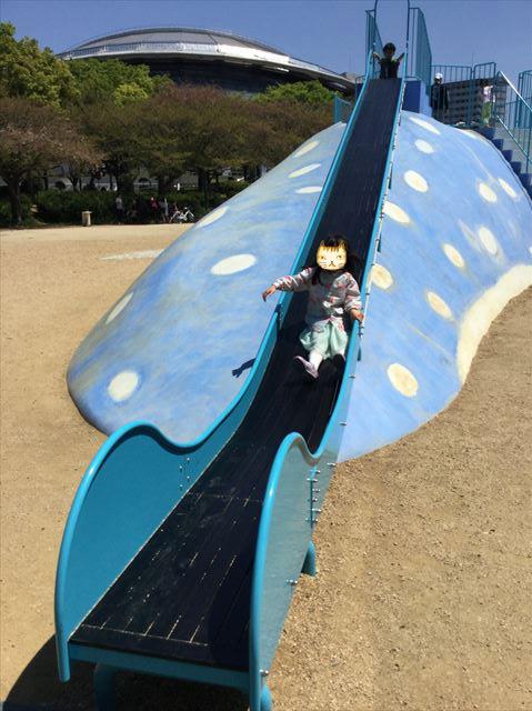 大阪「八幡屋公園」ジンベイザメ遊具、しっぽの方にも滑り台がある