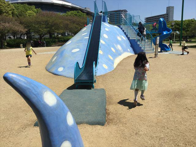 大阪「八幡屋公園」ジンベイザメ遊具、後方の細長い滑り台と尻尾