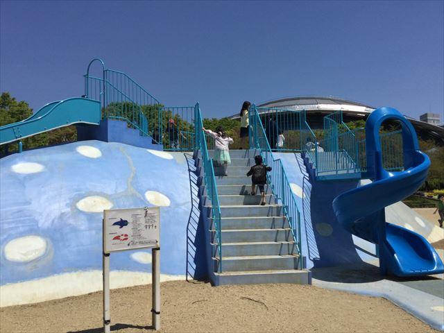 大阪「八幡屋公園」ジンベイザメ遊具、左側の階段と幼児向け回転滑り台