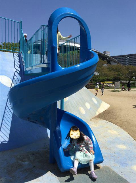 大阪「八幡屋公園」ジンベイザメ遊具、左側の幼児向け回転滑り台