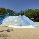 大阪「八幡屋公園」ジンベイザメ遊具、斜め前から撮影