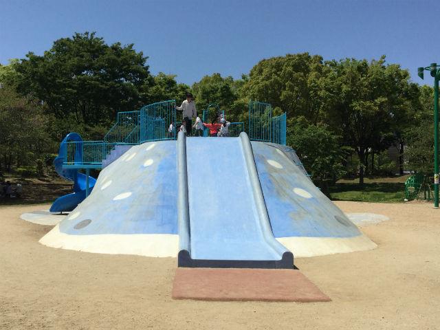 大阪「八幡屋公園」ジンベイザメ遊具、正面から撮影
