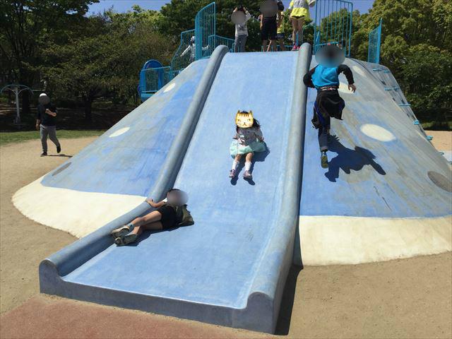 大阪「八幡屋公園」ジンベイザメ遊具の滑り台で遊ぶ子供