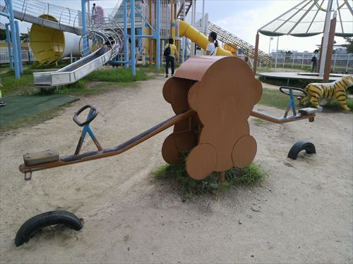 花園中央公園の大型遊具・シーソー