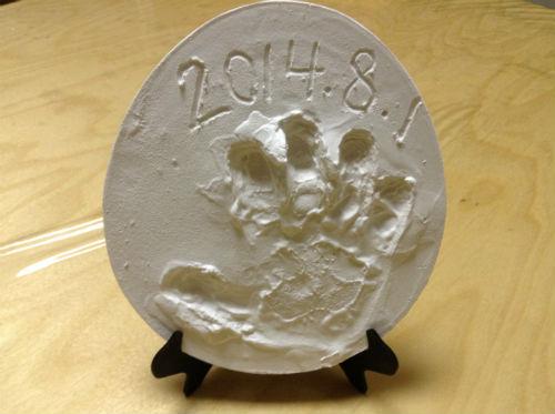 「石こう手形キット」で子供の手形をとる