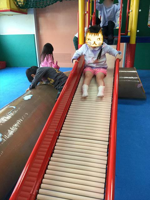 「こべっこランド」ローラー滑り台で遊ぶ娘