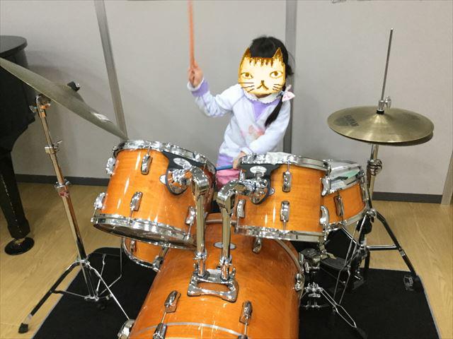 「こべっこランド」ドラムをたたく娘