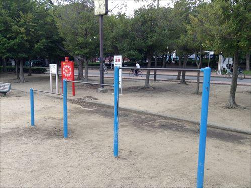 長居公園内遊具公園(遊戯広場)鉄棒
