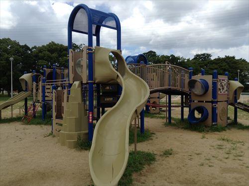 大泉緑地の大型遊具公園③「冒険ランド」中型複合滑り台