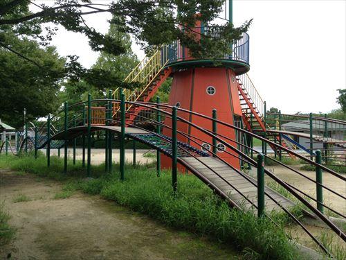 大泉緑地の大型遊具公園②「海遊ランド」灯台と波