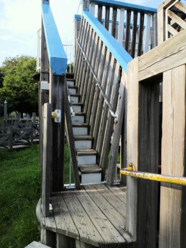 八幡屋公園・大型遊具・木の階段
