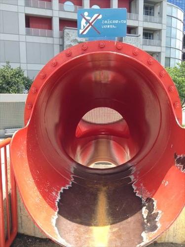 扇町公園の大型遊具公園(赤い滑り台)