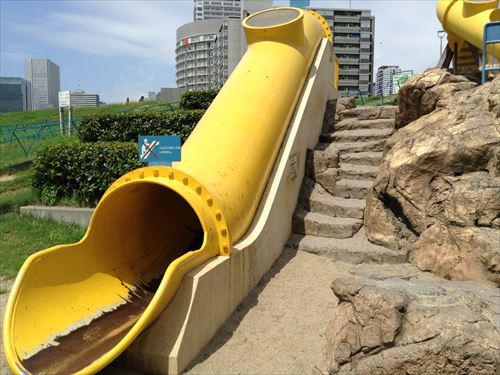 扇町公園の大型遊具公園(黄色い滑り台・拡大)