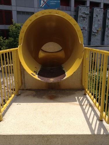扇町公園の大型遊具公園(黄色い滑り台・上から)