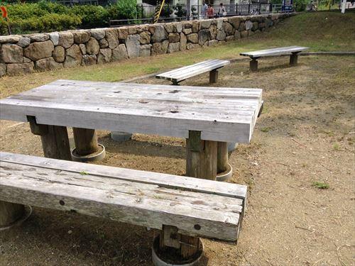 ターザン服部緑地・いなり山児童遊戯場・木の机とイス