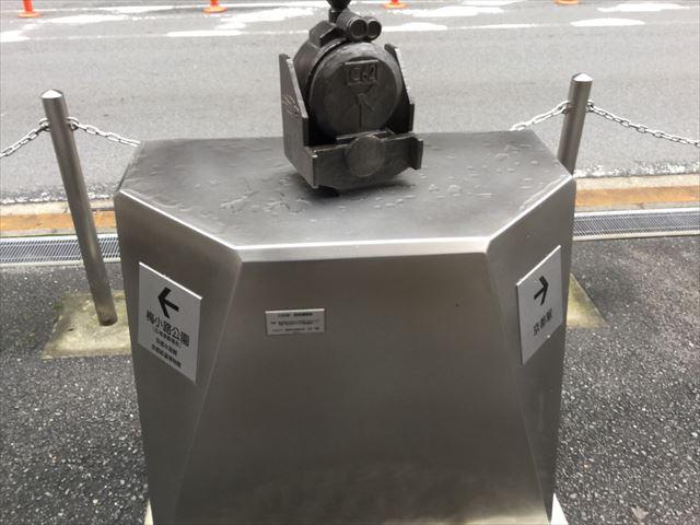 京都駅から京都鉄道博物館への道順を教えてくれるオブジェ(C62)