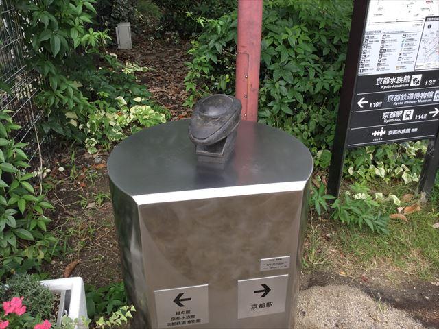京都駅から京都鉄道博物館への道順を教えてくれるオブジェ(500系新幹線)