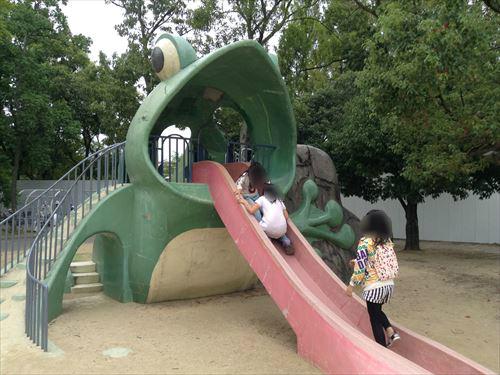 久宝寺緑地・まいまい広場・蛙滑り台