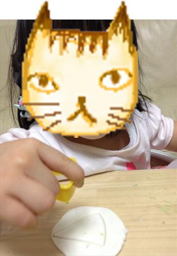 お米粘土で遊ぶ子供・抜型△使用