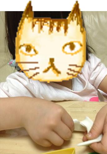 お米粘土で遊ぶ子供・抜型を使用している様子