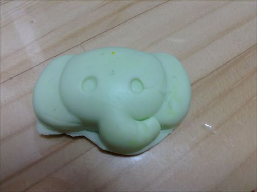 お米粘土で押し型。ゾウさん