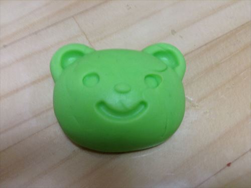 粘土で押し型。クマさん