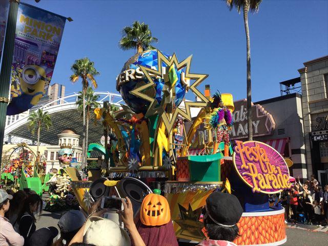 USJハロウィン「フェスタデパレード」の様子、ユニバーサルスタジオの地球のマーク